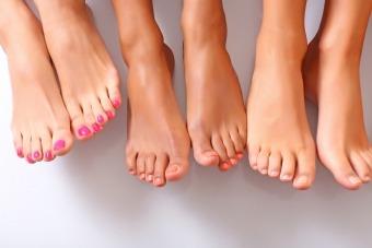 Лущиться шкіра на ногах між пальцями та облазить