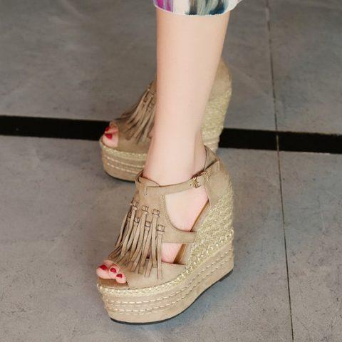 З минулих сезонів залишилися тренди прозорості та бахроми в декорі модного  взуття 43a5045f41ae0