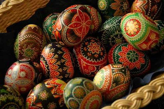Як пофарбувати пасхальні яйця – незвичайна підбірка